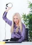 Härlig flicka operatören som kastar hörlurar med mikrofon Arkivbilder