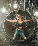 Härlig flicka på apokalypsbakgrunden arkivbild