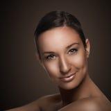 Härlig flicka på brun bakgrund Royaltyfri Fotografi