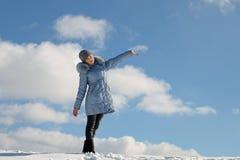 Härlig flicka på den snöig kullen Arkivfoto