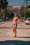 Härlig flicka på det Hollywood området nära Hollywood arkivbild