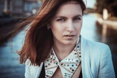 Härlig flicka på en bakgrund av floden Royaltyfri Foto