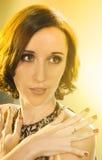Härlig flicka på en ljus bakgrund Arkivfoton