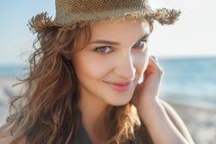 Härlig flicka på en strand Royaltyfri Bild