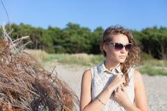 Härlig flicka på en strand Royaltyfri Fotografi