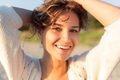 Härlig flicka på en strand Arkivbild