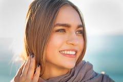 Härlig flicka på en strand Arkivfoton