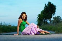 Härlig flicka på en väg Fotografering för Bildbyråer