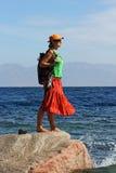 Härlig flicka på en vagga i havet arkivbilder