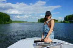 Härlig flicka på en yacht Fotografering för Bildbyråer