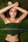 Härlig flicka på gräs Royaltyfria Foton