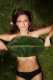 Härlig flicka på gräs Royaltyfri Fotografi