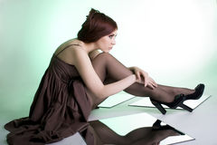 Härlig flicka på grön bakgrund Royaltyfri Foto
