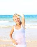 Härlig flicka på havsstranden Arkivfoton