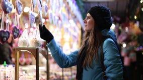 Härlig flicka på julmarknaderna stock video