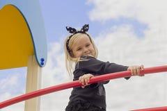 Härlig flicka på lekplatsen Royaltyfri Bild