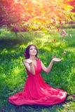 Härlig flicka på naturen i parkera Mot bakgrunden royaltyfri fotografi