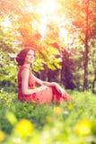 Härlig flicka på naturen i parkera Mot bakgrunden arkivbild