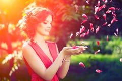 Härlig flicka på naturen i parkera Mot bakgrunden royaltyfri bild