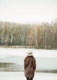 Härlig flicka på sjön och skogen Arkivfoton