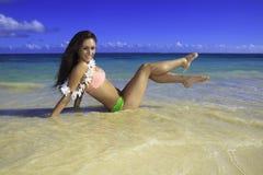 Härlig flicka på stranden royaltyfri fotografi