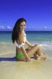 Härlig flicka på stranden arkivfoton