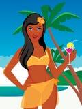 Härlig flicka på stranden i en baddräkt och med en coctail in Arkivbilder