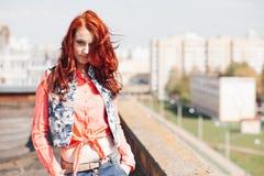 Härlig flicka på taket Arkivfoton