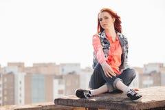 Härlig flicka på taket Royaltyfri Foto