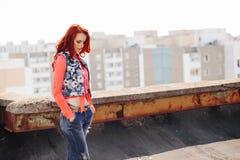 Härlig flicka på taket Royaltyfria Foton