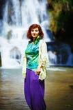 Härlig flicka på vattenfallet med etniska kläder Royaltyfria Foton