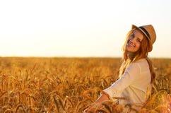 Härlig flicka på vetefältet Arkivbild