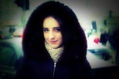 Härlig flicka på vintergatorna av en stad Royaltyfri Foto