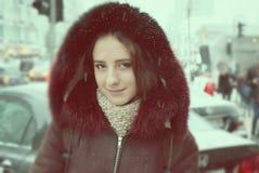 Härlig flicka på vintergatorna av en stad Arkivbilder