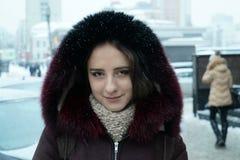 Härlig flicka på vintergatorna av en stad Royaltyfri Bild