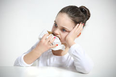 Härlig flicka som äter bröd Arkivbild