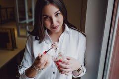 Härlig flicka som äter havremjölet med grekisk yoghurt och frukt royaltyfri foto