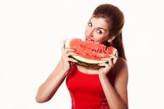 Härlig flicka som äter vattenmelon i studio Isolerat på vit Arkivfoto