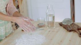 Härlig flicka som applåderar händer som fylls med mjöl stock video