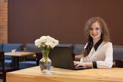 Härlig flicka som arbetar på en bärbar dator Arkivfoton