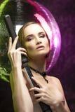 Härlig flicka som bär en elegant halsband och örhängen av svart arkivfoton