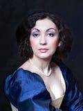 Härlig flicka som bär en medeltida klänning Studioarbeten som inspireras av Caravaggio cris xvii Arkivfoton