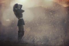 Härlig flicka som badas i morgonstrålar Fotografering för Bildbyråer