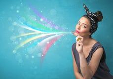 Härlig flicka som blåser abstrakta färgrika bubblor och linjer Royaltyfria Foton