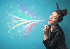 Härlig flicka som blåser abstrakta färgrika bubblor och linjer Royaltyfria Bilder