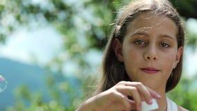 Härlig flicka som blåser såpbubblor lager videofilmer