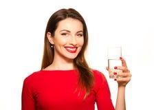 Härlig flicka som dricker ett exponeringsglas av rent le för vatten Fotografering för Bildbyråer