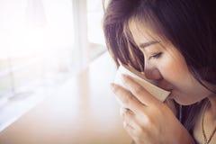 Härlig flicka som dricker varmt kaffe eller te i kaffekafé Arkivbild