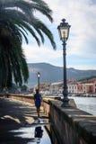 Härlig flicka som går i Bosa, Sardinia Arkivfoto