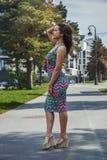 Härlig flicka som går i staden arkivbild